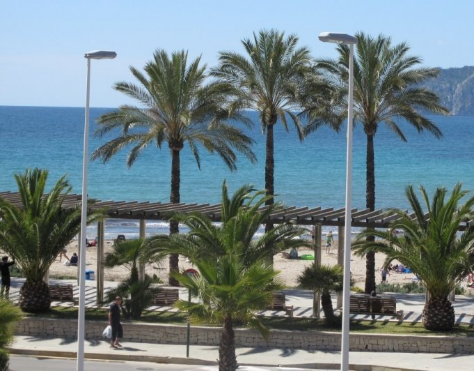 Apartamento en venta y en alquiler en primera linea de mar for Piscina marva