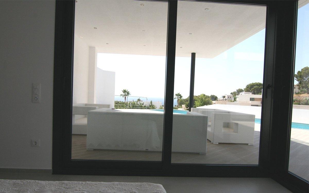 Se vende villa moderna en zona tranquila con vistas al mar for Piscina marva